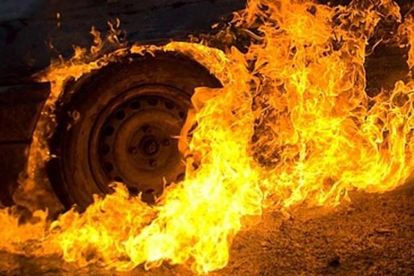 На Прикарпатті спалили «Мерседес» підприємця