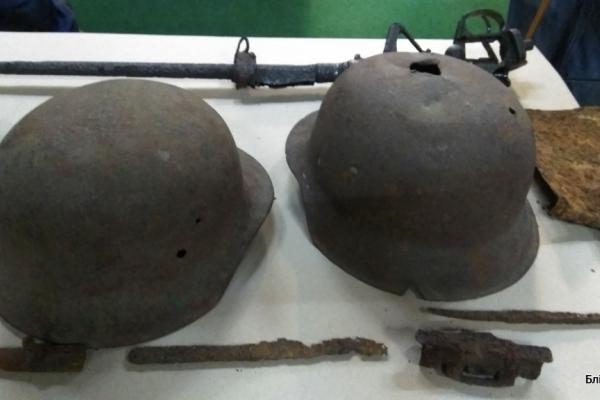 Каски, зброя та особисті речі: У Франківську показали артефакти з розкопок