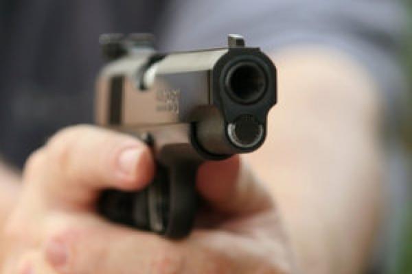 В Івано-Франківську чоловік, погрожуючи пістолетом, пограбував магазин