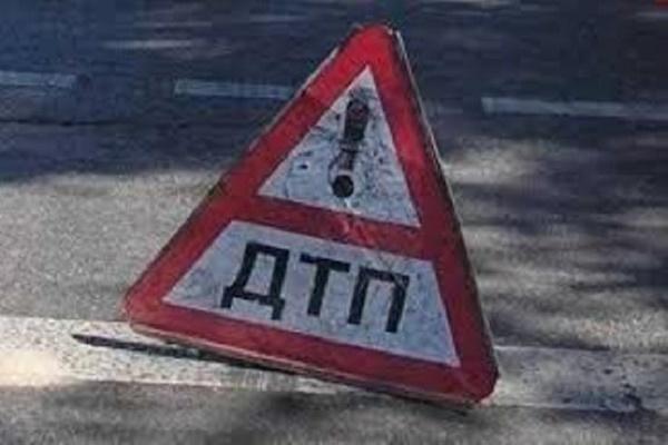 На Прикарпатті перекинувся «Мерседес» після зіткнення з електричною опорою
