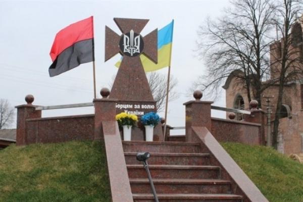 На Прикарпатті освятили оновлену могилу борцям за волю України (Фото)
