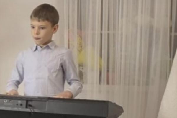 8-річний хлопець з Івано-Франківська самостійно написав Різдвяну колядку (Відео)