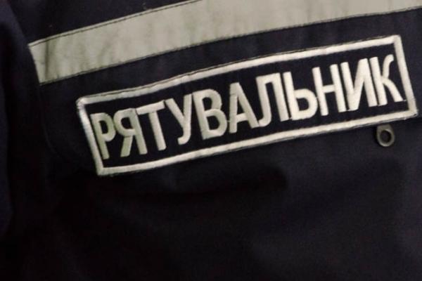На Прикарпатті, пенсіонер зачинився в квартирі і не бажав відчиняти двері ні оперативникам, ні «надзвичайникам»