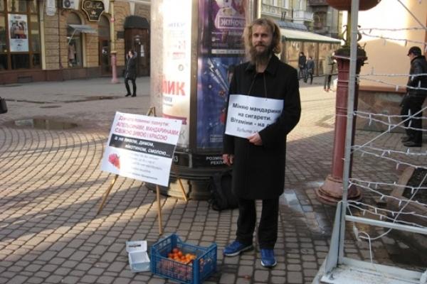 В центрі Івано-Франківська міняли мандарини на сигарети