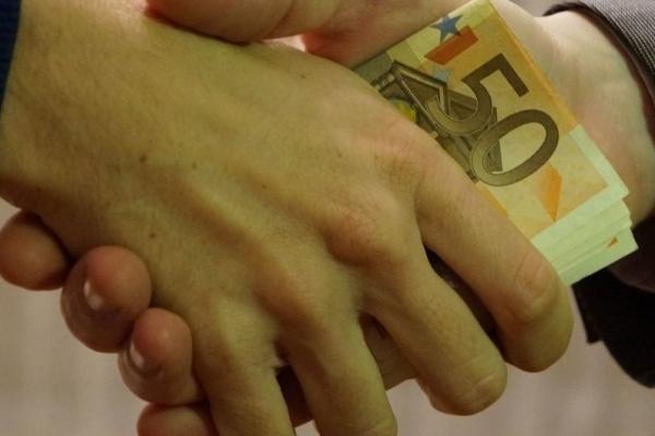 В Івано-Франківській області сільського голову спіймали на гарячому за корупцію