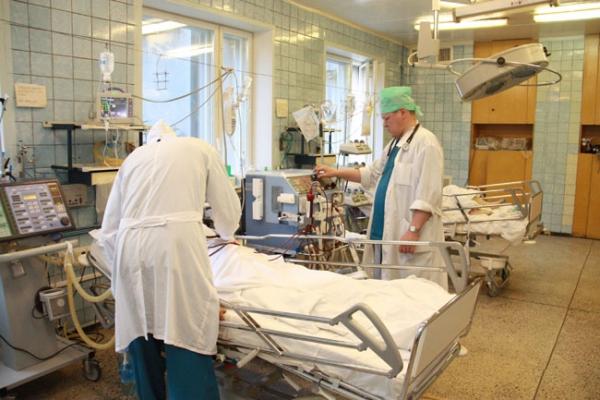Лікарі борються за життя прикарпатки, яка ледь не загинула розпалюючи піч