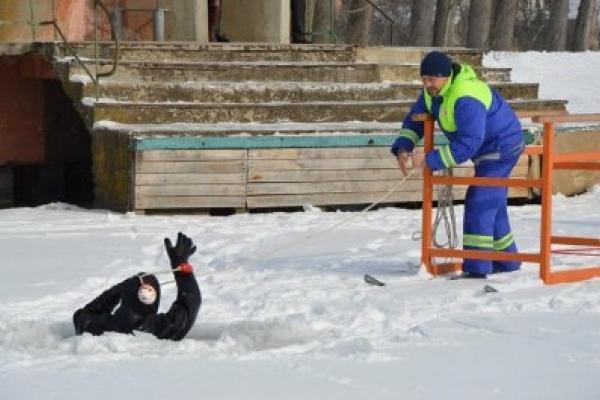 Франківські рятувальники витягали з крижаної води людину