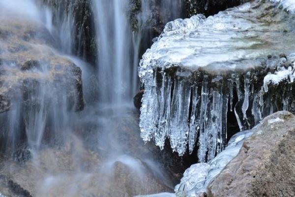 Замерзла краса: на Прикарпатті мороз скував водоспади