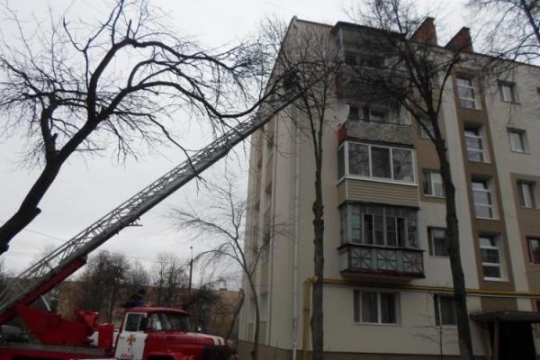 Де батьки? Прикарпатські рятувальники звільняли із квартирного полону однорічну дитину
