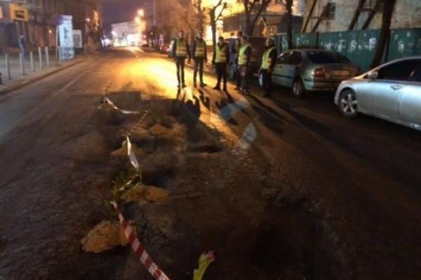 В Івано-Франківську вночі у ямах на дорогах висадили тюльпани