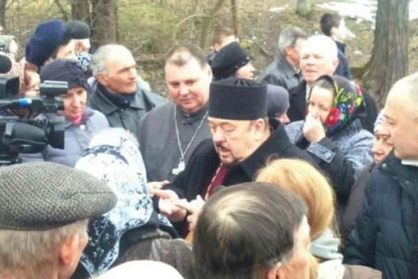 Церковні війни: в прикарпатському селі парафіяни два тижні не пускають у храм священиків (Фото, Відео)