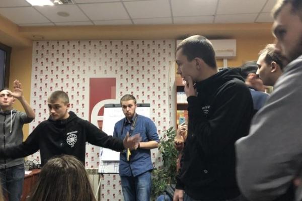 У Франківську націоналісти разом з представниками освіти зірвали лекцію про фемінітиви (Фото, Відео)