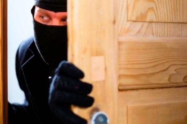 У будинок прикарпатця серед білого дня проникли злодії і побили власника