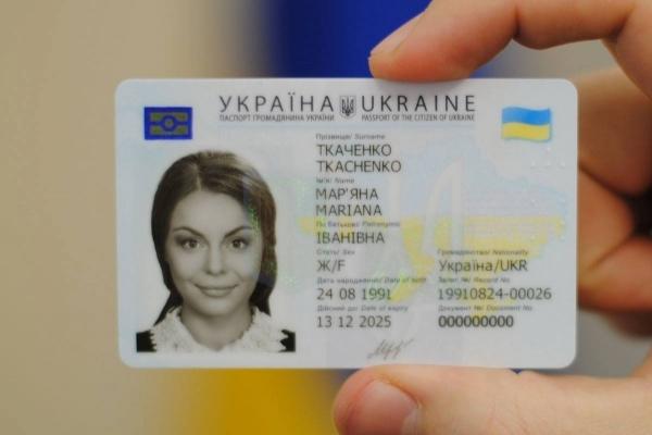 У франківському ЦНАПі запроваджено нову систему зчитування даних ID-паспортів