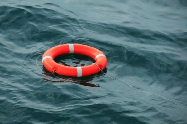 На Прикарпатті рятувальники витягнули з озера п'яного молодого чоловіка