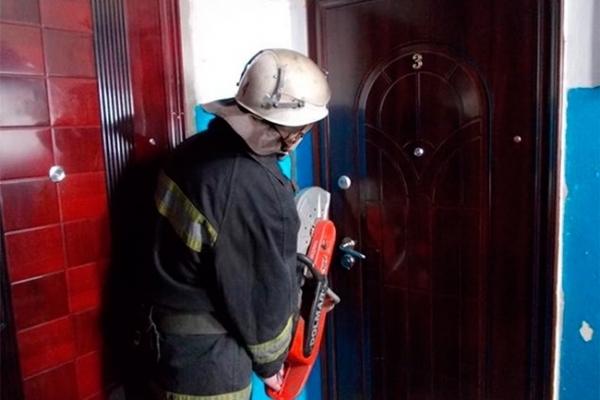 У Франківську рятувальники вирізали двері в квартиру, щоб врятувати дівчину, яка потребувала медичної допомоги