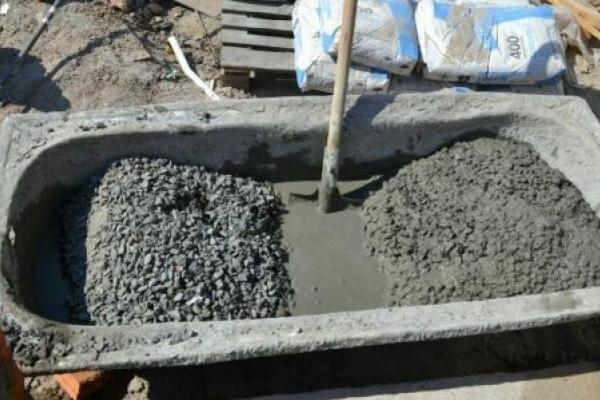 Франківчанка залила бетоном урну для сміття