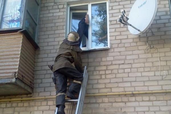 У Франківську рятувальники допомагали жінці, якій затиснуло ногу віконною рамою