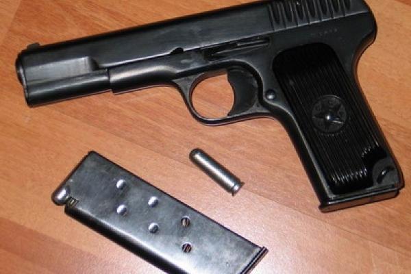 В автомобілі прикарпатця знайшли два пістолети та боєприпаси