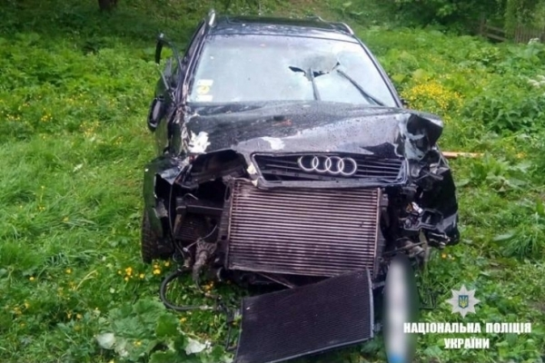 На Франківщині авто злетіло з дороги на схил і знесло огорожу – водій в комі