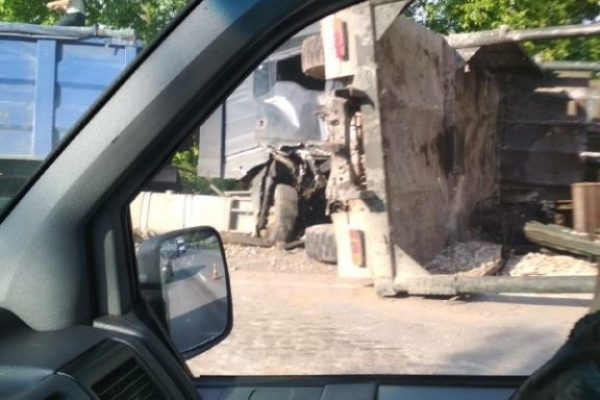 Жахлива ДТП на Прикарпатті: після зіткнення водій вантажівки вилетів через вікно на дорогу (Фото)