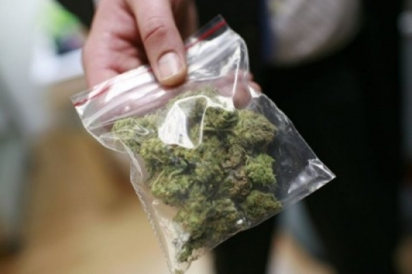 На Франківщині двох чоловіків затримали з наркотиками у кишені