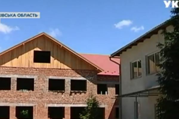 На Прикарпатті батьки взялися самотужки зводити школу (Відео)