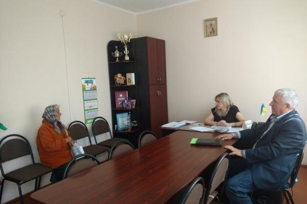 У 90-річної пенсіонерки з Калущини сусід силою забирає пенсію