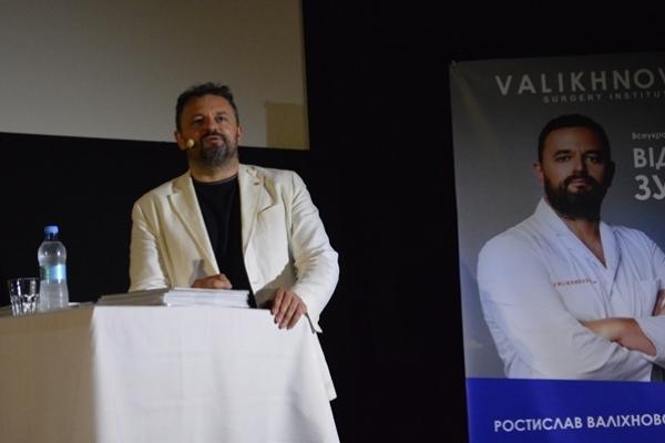 Відомий лікар Ростислав Валіхновський поділився своїм досвідом з франківчанами
