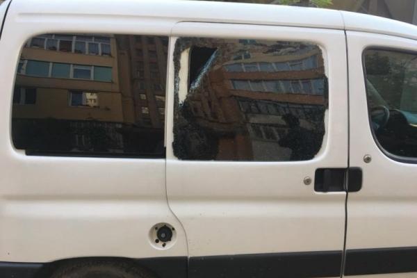 На Франківщині невідомі потрощили вікна в припаркованих автівках (Фото)