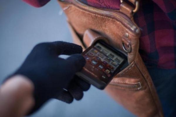 У Калуші пенсіонер вкрав у жінки смартфон, тепер йому загрожує в'язниця