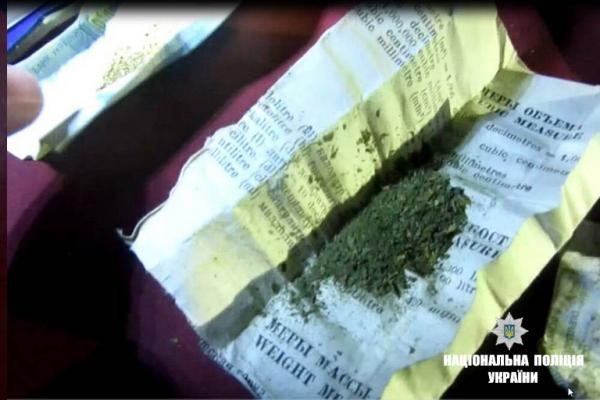 У Коломиї у 25-річного водія-порушника виявили повну торбу наркотичних засобів