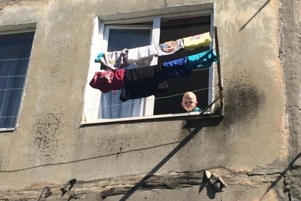На Прикарпатті дитина ледь не випала з вікна через п'яних батьків