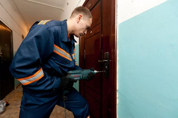 Страшна знахідка у Франківську: за зачиненими дверима виявили тіло чоловіка