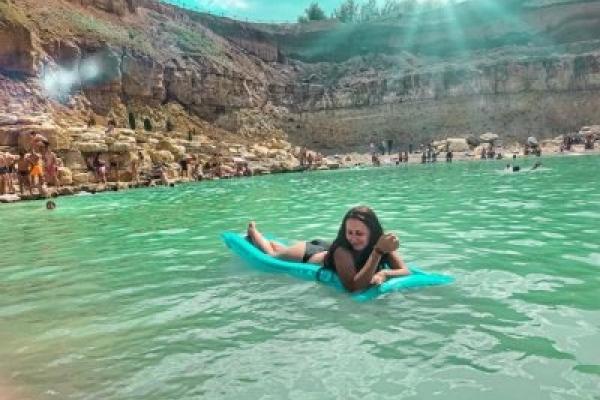 Справжня блакитна лагуна. Соцмережі вразило озеро та пляж на Городенківщині (Фото, відео)