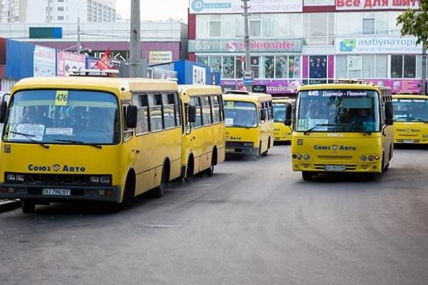 У київській маршрутці водій напав на школярку (Відео)