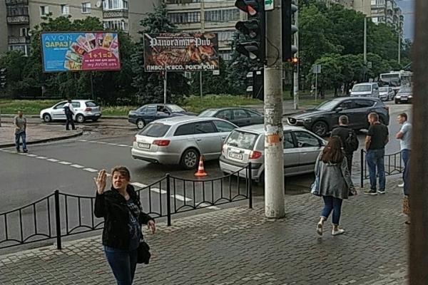 У Франківську пішохід з ножем напав на автівку