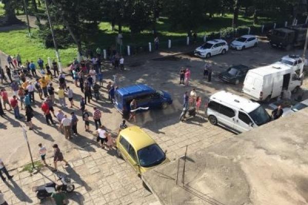 На Снятинщині селяни заблокували дорогу і вимагають її негайного ремонту (Відео)