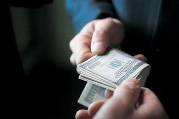 На хабарі в сумі 300 доларів «попався» директор одного з навчальних закладів області