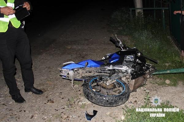 На Прикарпатті мотоцикліст в'їхав у огорожу, постраждали 18-річний водій та 16-річна дівчина (Фото)