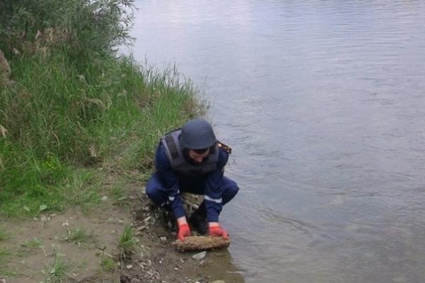 В одному із прикарпатських сіл річка вимила на берег декілька снарядів