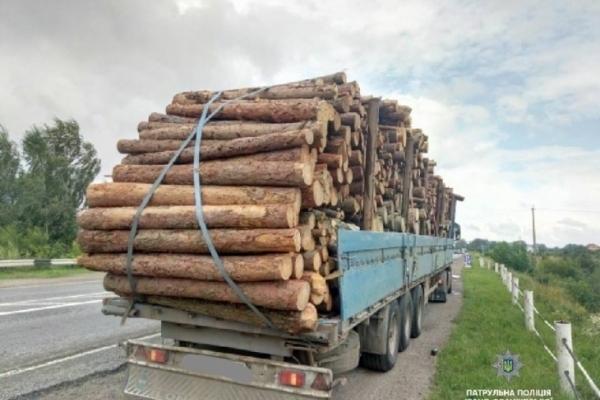Поблизу Франківська вантажівка із лісом намагалася втекти від патрульних