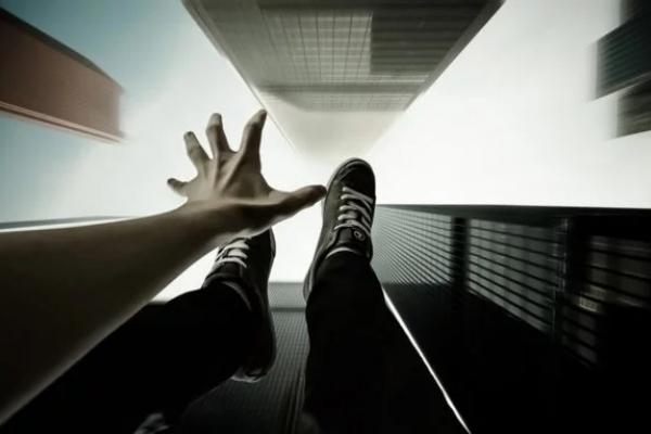 Невдале самогубство: в Івано-Франківську дівчина вистрибнула з вікна багатоповерхівки