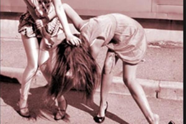 На Івано-Франківщині вчителька побила свою суперницю – нанесла 15 ударів у голову, груди та живіт