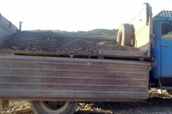 На Прикарпатті спіймали водіїв двох вантажівок, які крали гравій з Дністра