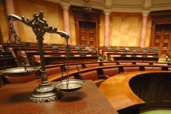 Суд відмовився арештовувати прикарпатського працівника феміди, якого спіймали на хабарі