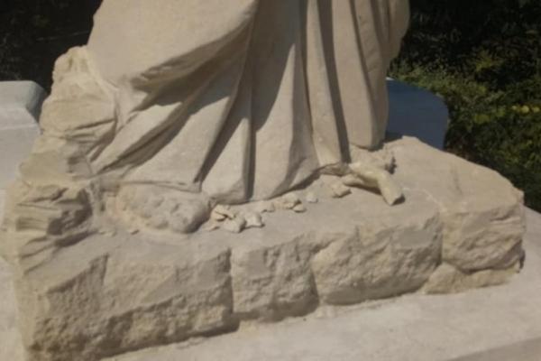 На Прикарпатті вандали поглумилися над освяченою статуєю Христа Спасителя