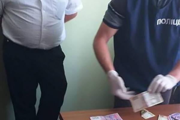 На хабарі за виготовлення закордонного паспорта затримали посадовця прикарпатської міграційної служби
