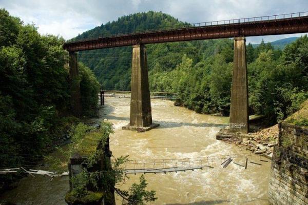 У Яремче необережний підліток впав з високого моста у гірську річку