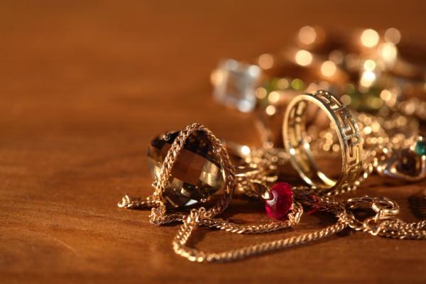 На Прикарпатті працівниця ломбарду викрала золото